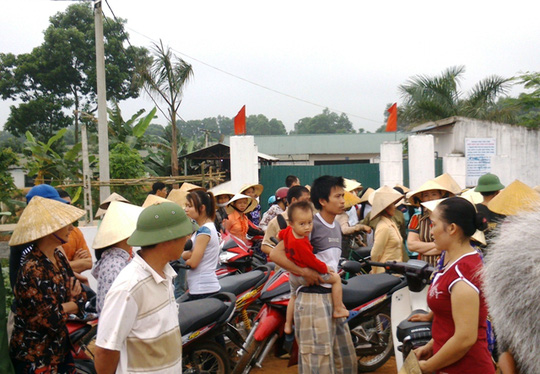 Hàng trăm người dân bao vây trại heo gây ô nhiễm môi trường ngày 22-4