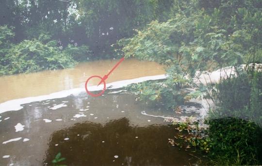Hình ảnh nguồn nước chưa qua xử lý trại của trại heo gây ô nhiễm đổ thẳng ra dòng Hón Măng được ông Trịnh Trọng Bảy ghi chụp lại