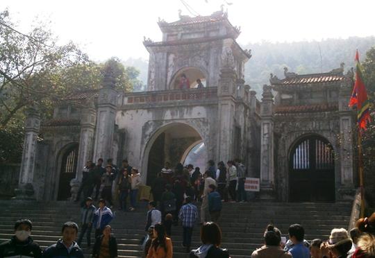 Ngôi đền thờ nữ tướng Triệu Thị Trinh nằm trên núi Gai, cạnh quốc lộ 1A.