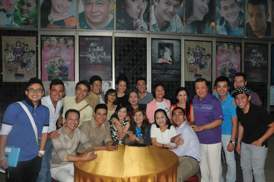 Các nghệ sĩ đến chúc mừng kỷ niệm 4 năm thành lập Sân khấu kịch Sài Gòn Phẳng