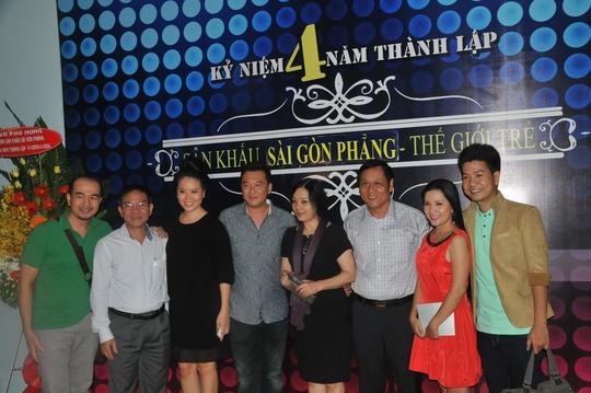 Ban giám hiệu Trường ĐH Sân khấu Điện ảnh TP HCM chúc mừng các nghệ sĩ của Sân khấu kịch Sài Gòn Phẳng