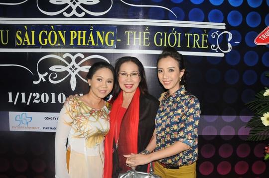 Ngọc Nga (chị gái của Tú Sương) và NSƯT Kim Xuân, Thu Trang đến chúc mừng sân khấu kịch Sài Gòn Phẳng