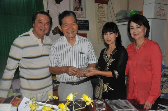 NSƯT Bảo Quốc và các mạnh thường quân trao 60 triệu đồng cho ông bầu Xuân (Đoàn Dạ Lý Hương) - Ban trị sự Chùa và Nghĩa trang Nghệ sĩ TP HCM ngày 2-1.