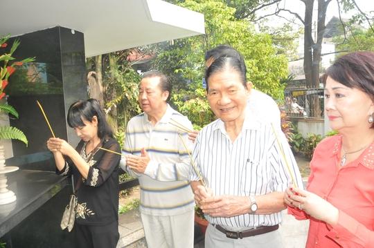 NSƯT Bảo Quốc và các mạnh thường quân, cùng với ông bầu Xuân viếng thăm mộ NSND Phùng Há