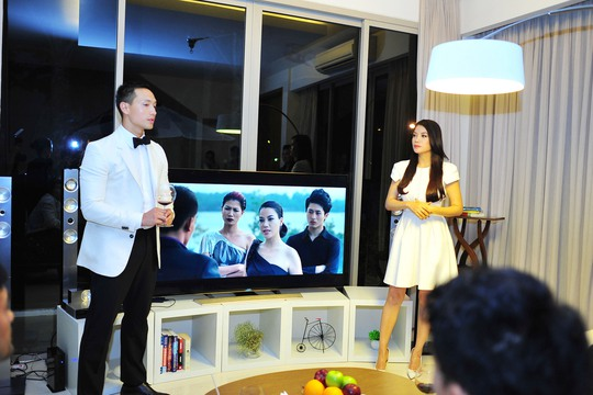 Kim Lý (vai Tùng Hero) và Trương Ngọc Ánh (vai Hương ga) xuất hiện cạnh nhau và những hình ảnh trong phim.