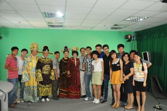 Các nghệ sĩ cùng chụp ảnh với nhân viên phòng truyền hình Người Lao Động