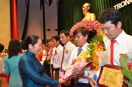 Đại diện UBMT TQ TP HCM, trao giải cho các cá nhân đạt giài thưởng Tôn Đức Thắng
