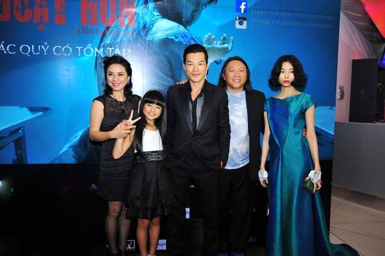 """Nữ diễn viên Ngọc Hiệp vừa là diễn viên vừa là nhà sản xuất của """"Đoạt hồn"""", bé gái Lâm Thanh Mỹ, Trần Bảo Sơn và đạo diễn Hàm Trần tại lễ ra mắt phim."""