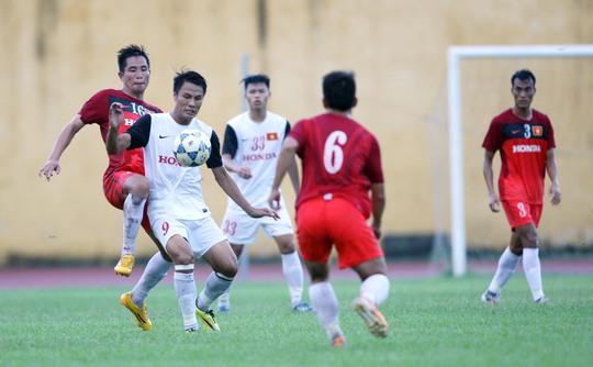 Mạc Hồng Quân (9) mở tỉ số cho Olympic Việt Nam nhưng đội lại thua đàn anh tuyển quốc gia 1-3 Ảnh: Hải Anh