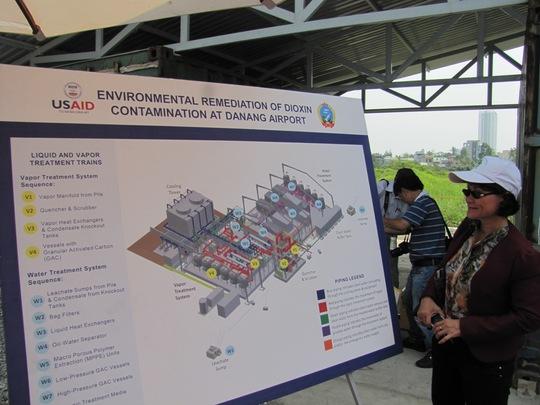 Quan khách xem sơ đồ hệ thống xử lý nhiệt dioxin tại khu vực sân bay Đà Nẵng