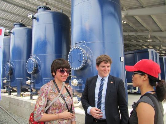 Quan khách nước ngoài tham quan hệ thống xử lý nhiệt dioxin tại khu vực sân bay Đà Nẵng