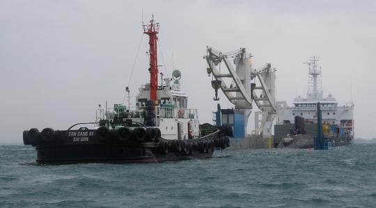 Đang hạ thủy tàu ngầm TP Hồ Chí Minh từ tàu vận tải Rolldock Star