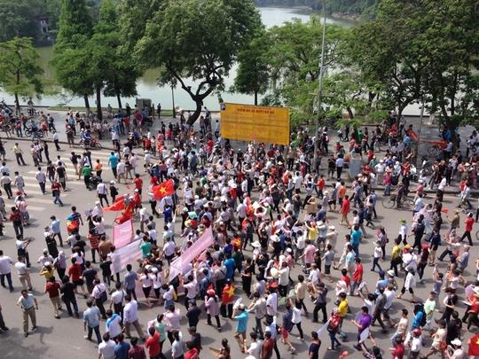 Đoàn diễu hành qua khu vực hồ Hoàn Kiếm ở trung tâm Thủ đô Hà Nội - Ảnh: Mạnh Duy