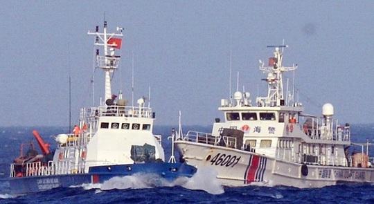 Tàu Trung Quốc (phải) hung hăng tấn công tàu cảnh sát biển đang làm nhiệm vụ bảo vệ chủ quyền tại khu vực Trung Quốc hạ đặt trái phép giàn khoan Hải Dương 981 trong vùng biển của Việt Nam