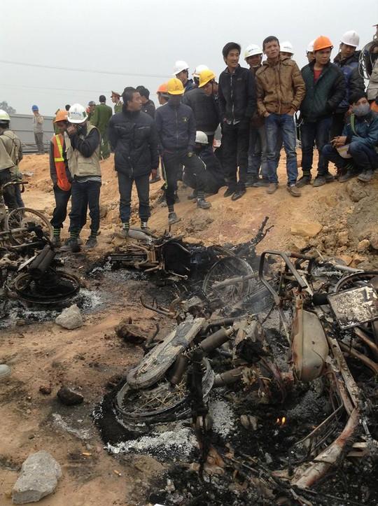 Nhiều xe máy bị đốt trong vụ xô xát