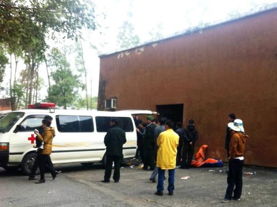 Đưa thi thể các nạn nhân tới Bệnh viện đa khoa Uông Bí