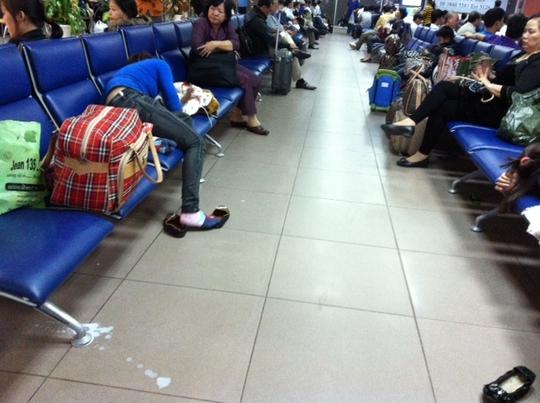 ... và sữa rớt xuống lối đi nơi đợi ra máy bay