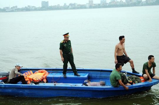 Đưa thi thể một nạn nhân trong vụ lật thuyền kayak trên Hồ Tây lên bờ
