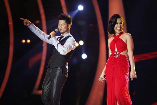 Phương Vy (phải) cũng khen ngợi màn trình diễn của Phương Linh và kêu gọi nhắn tin cho thí sinh này