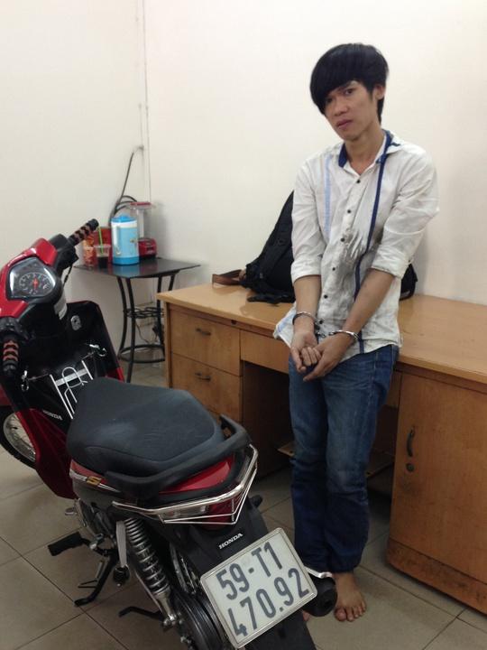 Dũng cùng chiếc xe máy trộm của người dân và bị tổ tuần tra CSGT Đội Bàn Cờ bắt giữ.