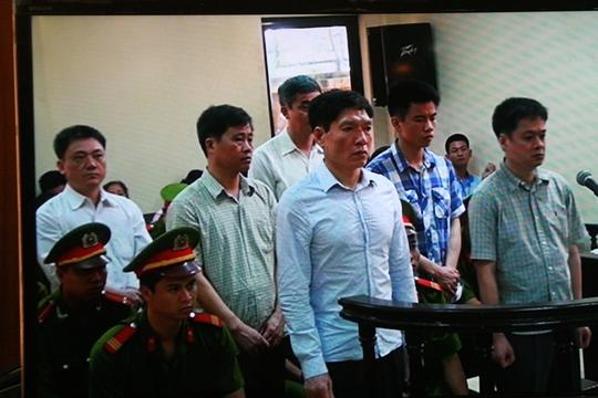 VKSND Tối cao đề nghị giảm án cho Dương Tự Trong (bên trái, hàng đầu) và nhiều bị cáo - Ảnh chụp qua màn hình