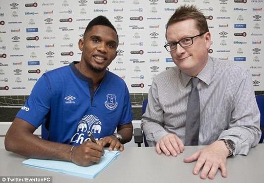 Etoo trong ngày ký hợp đồng với Everton