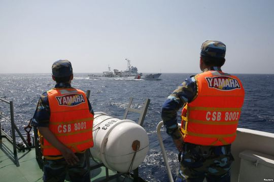 Cảnh sát biễn Việt Nam theo dõi tàu Trung Quốc hoạt động trái phép trong vùng biển Việt Nam. Ảnh: Reuters