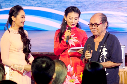 Nghệ sĩ Hạnh Thúy và Mỹ Uyên giao lưu với Đạo diễn NSND Đoàn Dũng trong chương trình do Hội Sân khấu TP HCM tỏ chức tối 2-6.