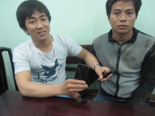 Hiệp sĩ Nguyễn Minh Thành (trái) và kẻ trộm xe bị bắt nóng vào khuya 24-6.