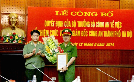 Thiếu tướng Nguyễn Đức Chung, Giám đốc Công an TP Hà Nội tặng hoa chúc mừng Đại tá Đào Thanh Hải