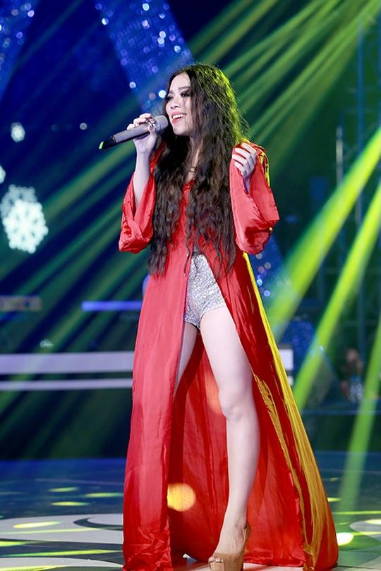 Trang phục của Hà Linh khiến khán giả phía dưới ồ lên khi cô xuất hiện