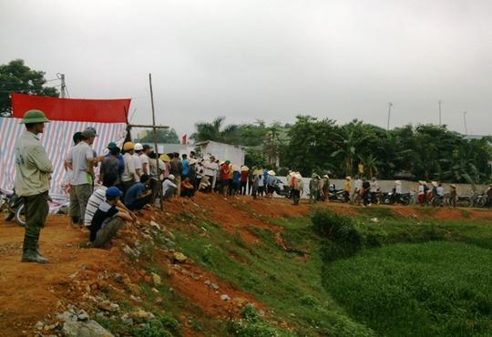 Hàng trăm người dân bao vây, yêu cầu di dời trại nuôi heo gây ô nhiễm
