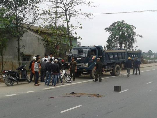 Hiện trường vụ tai nạn. Chiếc xe tải bị hư đỗ trong làn đường dành cho xe máy và xe thô sơ