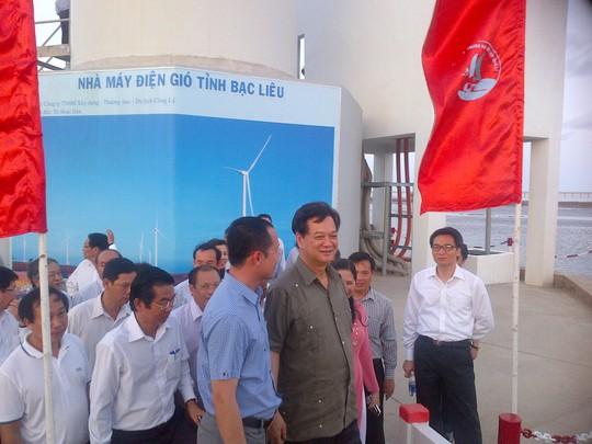 Thủ tướng Chính phủ Nguyễn Tấn Dũng trao đổi với lãnh đạo tỉnh Bạc Liêu tại Nhà máy Điện gió