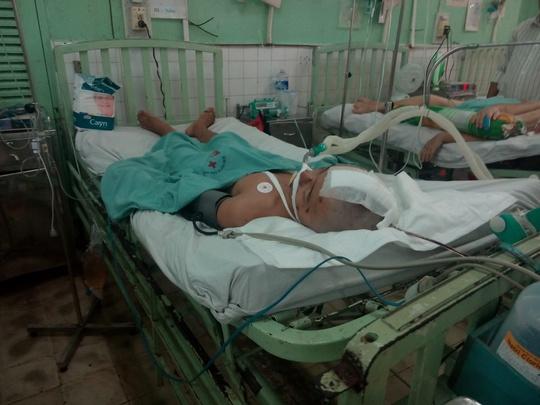 Nạn nhân Vũ Quốc Thiện đang được gia đình chăm sóc tại bệnh viện với tiên lượng xấu