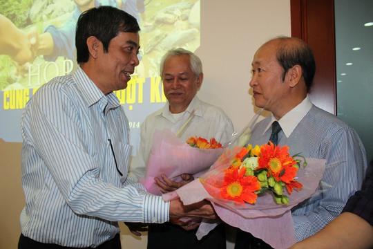 Ông Nguyễn Văn Khải, Phó Chủ tịch Thường trực LĐLĐ TP HCM tặng hoa, cảm ơn các nhà tài trợ