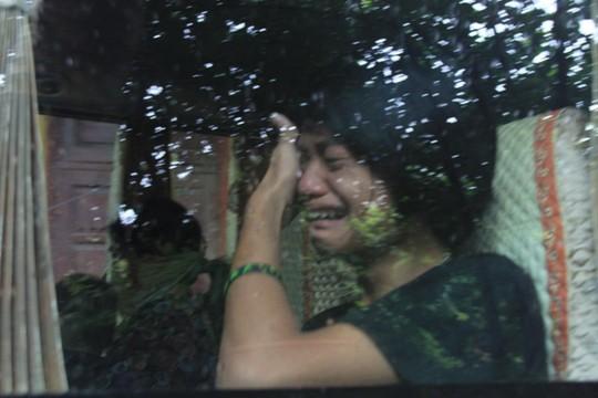 Một người trông trẻ bật khóc