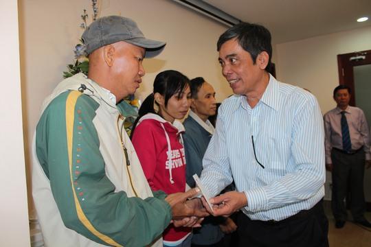 Ông Nguyễn Văn Khải, Phó Chủ tịch Thường trực LĐLĐ TP HCM, tặng quà cho công nhân khó khăn trong chương trình