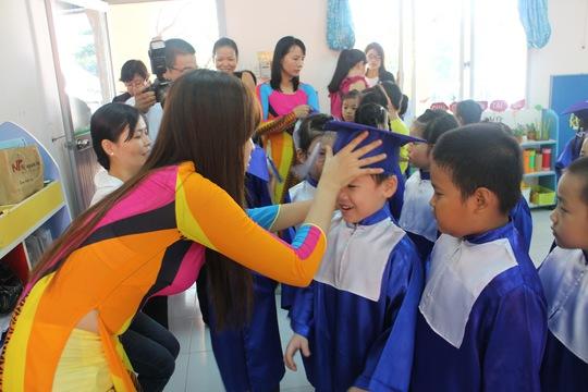 Ngay từ sáng sớm, các bé đã được các cô giáo chuẩn bị trang phục, chuẩn bị cho buổi lễ ra trường.