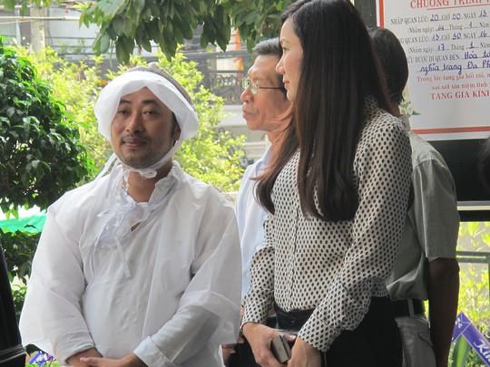 Đạo diễn Nguyễn Quang Dũng trong đám tang cha. Ảnh: T.Quyên