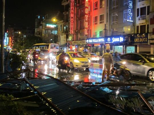 Cảnh sát giao thông đã phải vất vả điều tiết giao thông để tránh kẹt xe