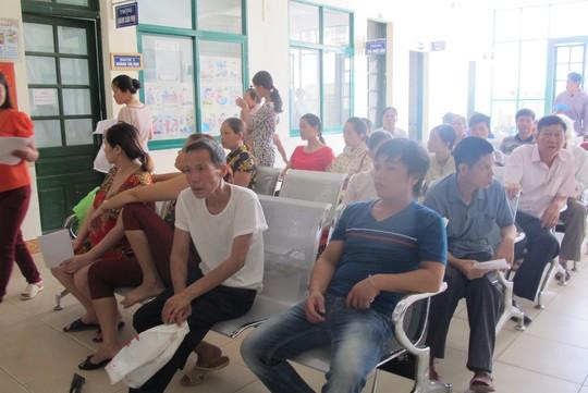 Khu vực bệnh nhân chờ khám được bệnh viện đầu tư những hàng ghế inox chắc chắn như ghế ngồi chờ ở... sân bay