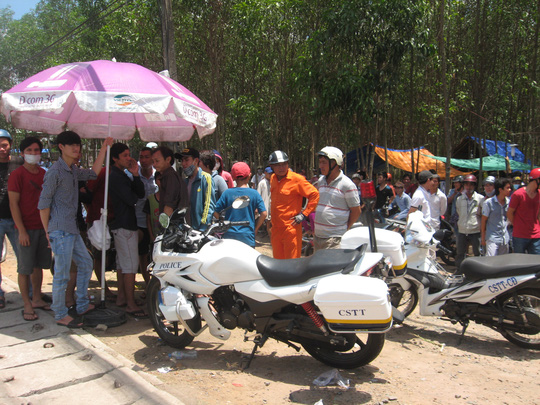 Chiếc mô tô của cảnh sát bị người dân giữ lại