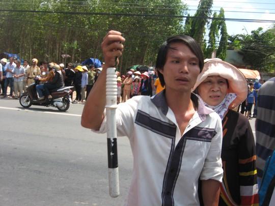 Chiếc gậy cảnh sát bị người dân cho là đã được ném trúng vào người nạn nhân được người dân giữ lại