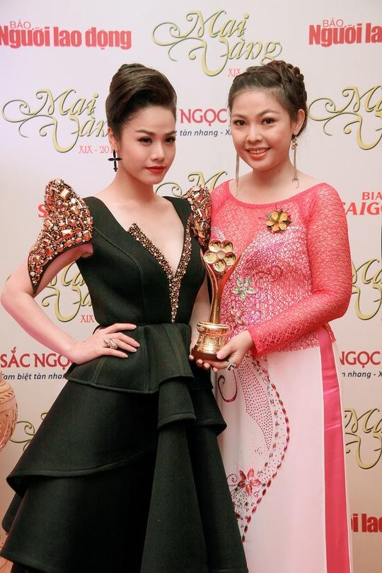 Đại diện nhà làm phim hạnh phúc với cúp Mai Vàng, chụp ảnh cùng Nhật Kim Anh-diễn viên trong phim