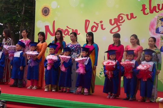 Tặng hoa cho cô giáo, những người đã gần gũi, gắn bó, dạy bảo, chăm sóc bé suốt 4 năm học ở trường mầm non