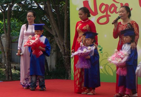 Các cô xúc động dặn dò, chia tay các bé với tâm nguyện gửi gắm tới các con: Hiếu học thành nhân