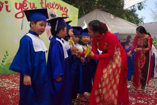 Các con được cô Hiệu trưởng trao bằng tốt nghiệp, ghi nhận quá trình hoàn thành bậc học mầm non.