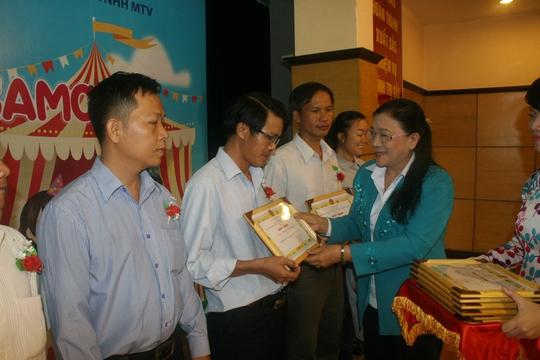 Bà Nguyễn Thị Bích Thủy, Phó chủ tịch LĐLĐ TP HCM, tặng giấy khen cho các gia đình tiêu biểu của SAMCO