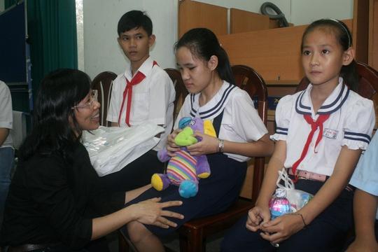 Bà Nguyễn Thị Hoàng Vân, Giám đốc Quỹ CEP, thăm hỏi bé Trần Kim Bảo, một trong những tấm gương điển hình vượt khó
